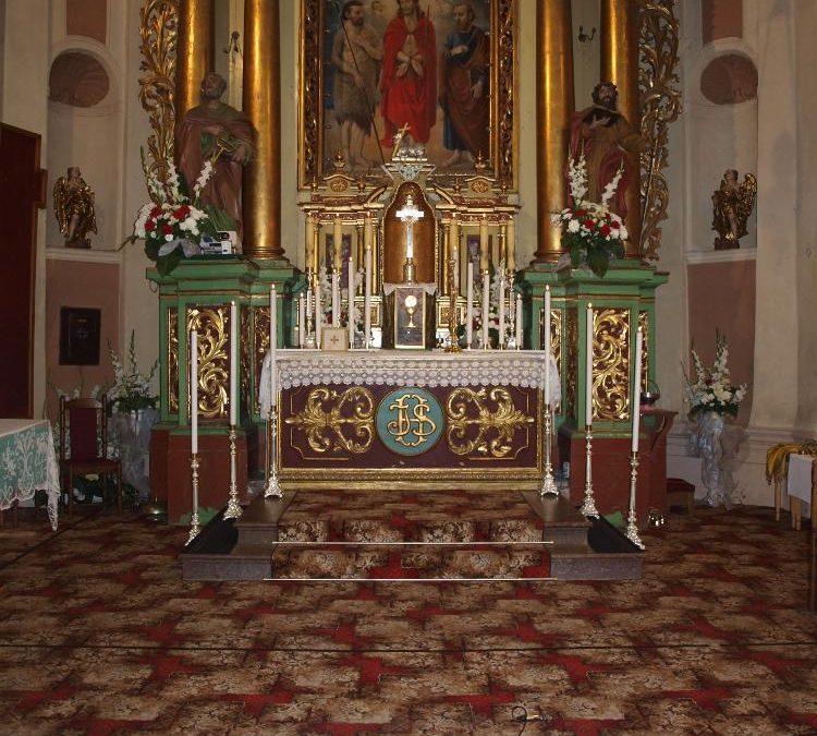 Ołtarz przygotowany do wystawienia Najświętszego Sakramentu w kościele we Włodowicach.