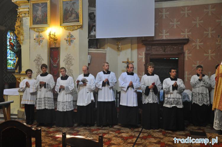 Służba liturgiczna przed głównym ołtarzem w kościele we Włodowicach.