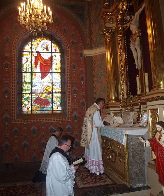 Msza Święta w bocznej kaplicy w kościele we Włodowicach.