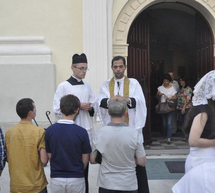 Ksiądz Jean de León FSSP udzielający prymicyjnego błogosławieństwa przed kościołem we Włodowicach podczas Tradicamp2015.