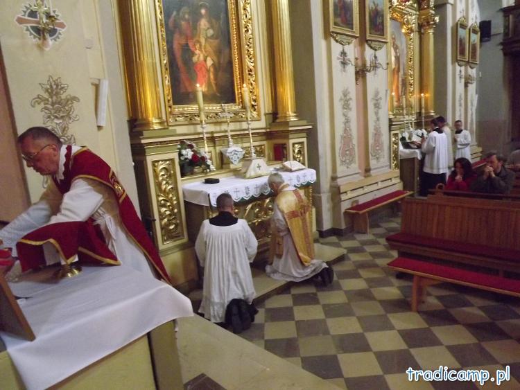 Msze Święte ciche przy bocznych ołtarzach w kościele we Włodowicach podczas Tradicamp2011.