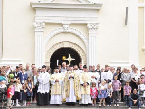 Pamiątkowe zdjęcie przed kościołem we Włodowicach.