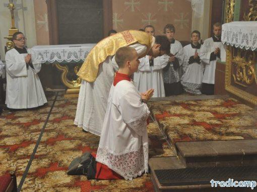 Modlitwa u stopni ołtarza.